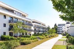 Zone résidentielle avec des immeubles dans la ville photo stock