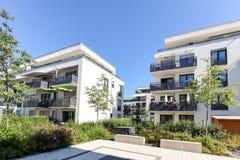 Zone résidentielle avec des immeubles dans la ville photos stock