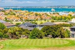 Zone résidentielle avec la marina sur un fond et le terrain de golf sur un premier plan Photographie stock libre de droits