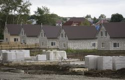 Zone résidentielle avec les maisons nouvellement construites dans une rangée Image stock