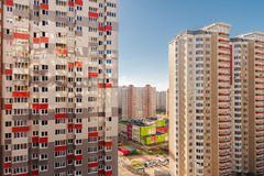 Zone résidentielle ayant beaucoup d'étages dans le développement de Mélangé-utilisation Image libre de droits