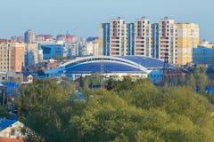 Zone résidentielle centrale de la ville d'Omsk en été Photo stock