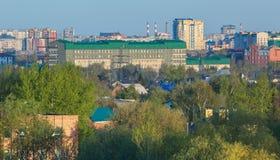 Zone résidentielle centrale de la ville d'Omsk en été Image libre de droits