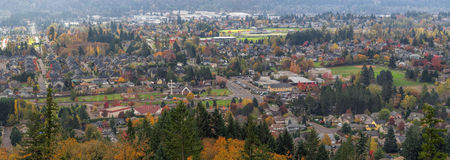 Zone résidentielle heureuse de vallée dans le panorama d'automne Photos libres de droits