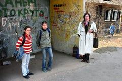 Zone rurali in Russia, scolara che aspetta al bus s Fotografia Stock Libera da Diritti