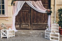 Zone rustique de photo de mariage portes de grange en bois avec le tissu et le whi Photographie stock libre de droits