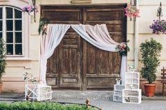 Zone rustique de photo de mariage portes de grange en bois avec le tissu et le whi Photo stock