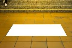 Zone urbaine Adve de maquette d'isolement par blanc de l'espace d'annonce de plancher de tuiles de souterrain photo libre de droits