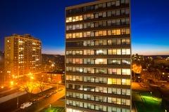 Zone urbaine, appartements dans la vue de nuit Images stock