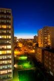 Zone urbaine, appartements dans la vue de nuit image stock