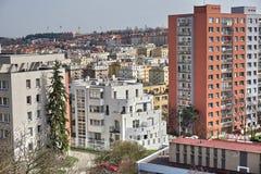 Zone urbaine dense avec les maisons de rangée massives dans la ville de Prague (République Tchèque) d'une vue aérienne image stock