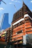 Zone urbaine en construction de gratte-ciel contre le ciel bleu Photo stock