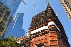 Zone urbaine en construction de gratte-ciel contre le ciel bleu Image libre de droits