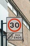 zonen för 30 mph startar, och zonen för 20 mph avslutar vägmärket Royaltyfria Bilder