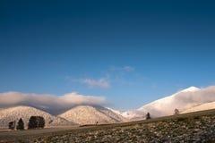 Zones et montagnes en soirée photographie stock libre de droits