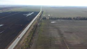 Zones et route La ceinture de forêt Le vol au-dessus d'un champ de blé d'hiver Met en place des céréales, vue supérieure banque de vidéos