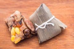 2 Zongzi или азиатские китайские вареники липкого риса на деревянной задней части Стоковые Фотографии RF
