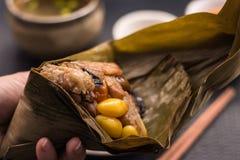2 Zongzi или азиатские китайские вареники липкого риса с изолированный Стоковое Изображение