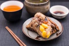 Zongzi of Aziatische Chinese kleverige rijstbollen met Gele thee, s Royalty-vrije Stock Foto's
