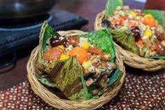 Zongzi de limaktiga risen som slås in i Lotus, spricker ut royaltyfri bild