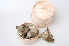 Zongzi in der runden Bambuskiste Lizenzfreies Stockfoto