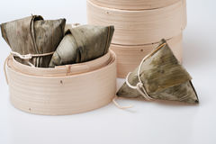 Zongzi in der runden Bambuskiste Stockfoto
