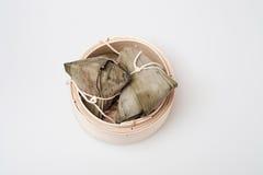 Zongzi in der runden Bambuskiste Stockbilder