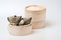 Zongzi in der runden Bambuskiste Lizenzfreies Stockbild