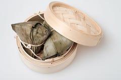 Zongzi in der runden Bambuskiste Lizenzfreie Stockfotos