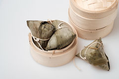 Zongzi in der runden Bambuskiste Lizenzfreie Stockfotografie