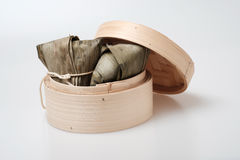 Zongzi in der runden Bambuskiste Stockfotos