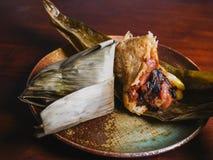 Zongzi feuille-enveloppé par Chinois de riz collant image stock