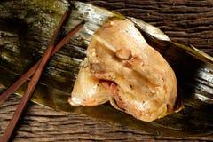 Zongzi o bolas de masa hervida del arroz pegajoso del chino tradicional Imagenes de archivo