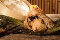 Zongzi o bolas de masa hervida del arroz pegajoso del chino tradicional Foto de archivo