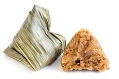 Zongzi o gnocco del riso appiccicoso su fondo bianco Immagine Stock