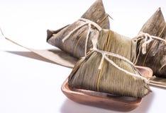 Zongzi ou bolinha de massa do arroz isolada no fundo branco em Dragon Boat Festival fotos de stock
