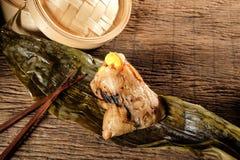 Zongzi ou boulettes de riz collant de chinois traditionnel Photo stock