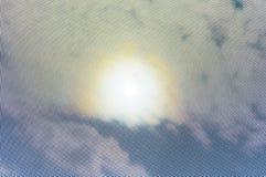 Zonhalo in hemelmening, blik door puntmasker Royalty-vrije Stock Fotografie