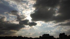 Zonlicht dat de wolken wordt overdacht Royalty-vrije Stock Foto