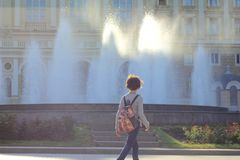 Zonlicht die door de stromen van het fonteinwater komen royalty-vrije stock foto's