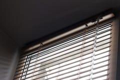 Zonlicht die door jaloezies door het venster komen stock afbeelding