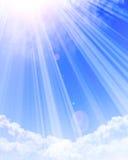 Zonlicht die door wolken glanzen Royalty-vrije Stock Afbeeldingen