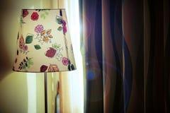 Spring zonlicht door gordijn op Stock Foto's