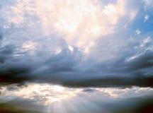 Zonlicht door Wolken Stock Afbeelding