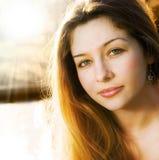 Zonlicht en één mooie sensuele jonge vrouw royalty-vrije stock fotografie