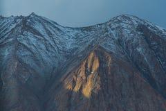 Zonlicht op donkere berg Royalty-vrije Stock Foto's