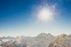 Zonlicht in sneeuwbergen Stock Foto's