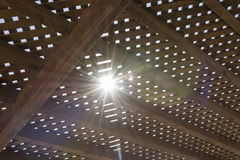 Zonlicht tussen houten as Stock Foto's
