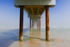 Zonlichtkleuren onder een oceaanpijler Royalty-vrije Stock Afbeelding