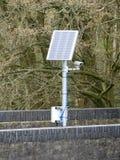 Zonne aangedreven camera op spoorwegbrug stock afbeelding